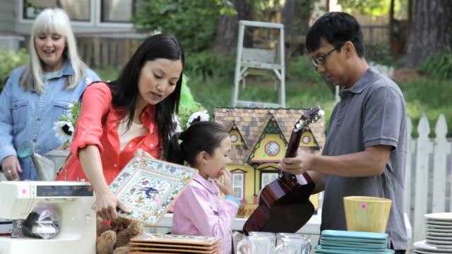 vidéos et rushes de ms pan family at a yard sale / richmond, virginia, united states - brocante