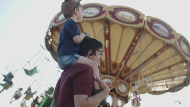 Família em parque de diversões