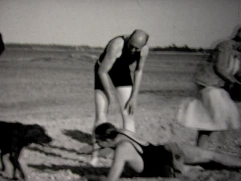 1930 family at beach, with dog - 1930 stock-videos und b-roll-filmmaterial