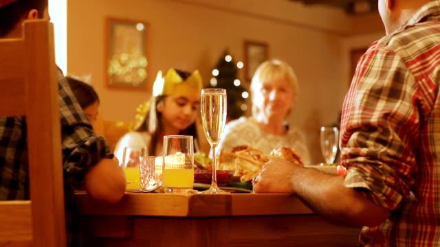 vídeos y material grabado en eventos de stock de familia en navidad alrededor de la mesa - cena con amigos