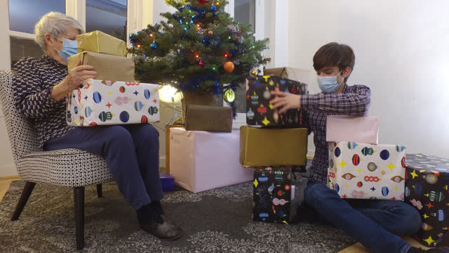 stockvideo's en b-roll-footage met family at christmas in front of the christmas tree with christmas gifts - cadeau