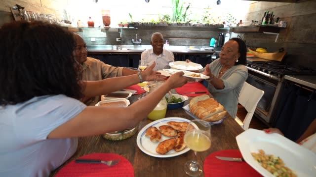 famiglia a cena / ora di pranzo - domenica video stock e b–roll