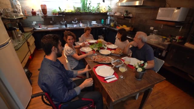 vidéos et rushes de famille au dîner / déjeuner fois - déficiences