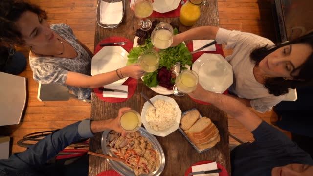 vídeos de stock, filmes e b-roll de família no jantar / almoço tempo - almoço