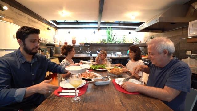 vídeos y material grabado en eventos de stock de familia en la cena / almuerzo tiempo - de origen español o portugués