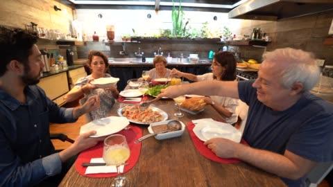 vídeos y material grabado en eventos de stock de familia en la cena / almuerzo tiempo - mesa de comedor