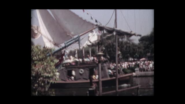 vídeos de stock e filmes b-roll de 1966 family at disneyland 2 - ponte suspensa