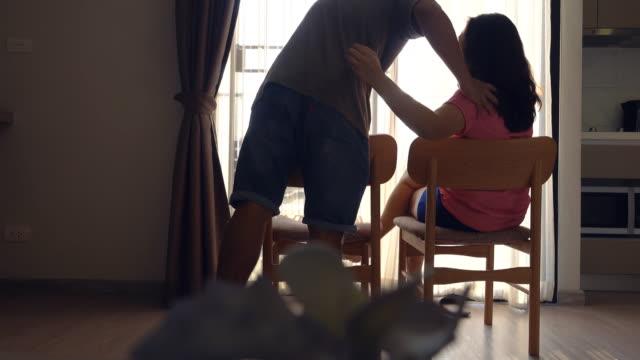 vídeos de stock, filmes e b-roll de família em casa, dolly atirou. - tailândia