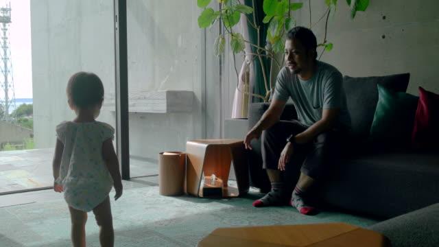 ご自宅のご家族  - リビング点の映像素材/bロール
