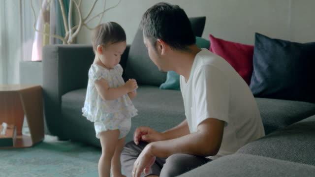 ご自宅のご家族  - 親点の映像素材/bロール