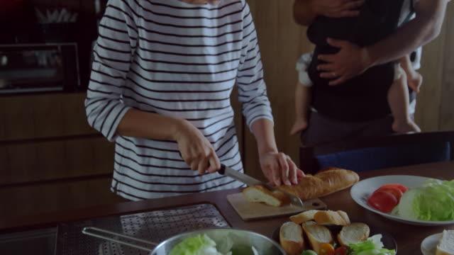 ご自宅のご家族  - 食べ物点の映像素材/bロール