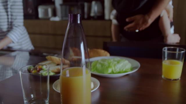 ご自宅のご家族  - 団らん点の映像素材/bロール