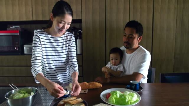 vídeos de stock, filmes e b-roll de família em casa  - vida simples