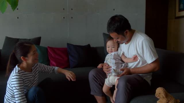 ご自宅のご家族  - 屋内点の映像素材/bロール
