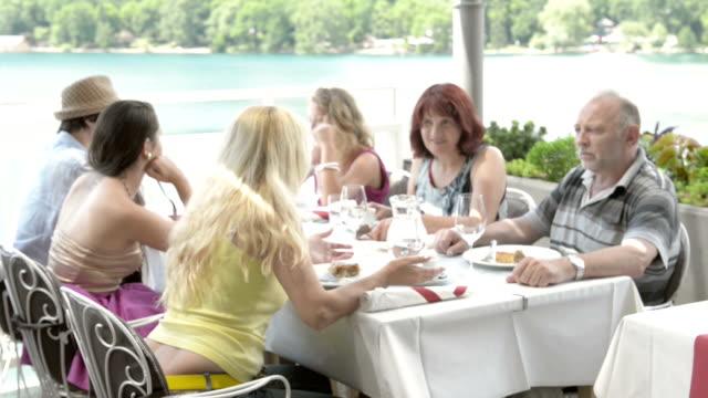Familie beim Mittagessen