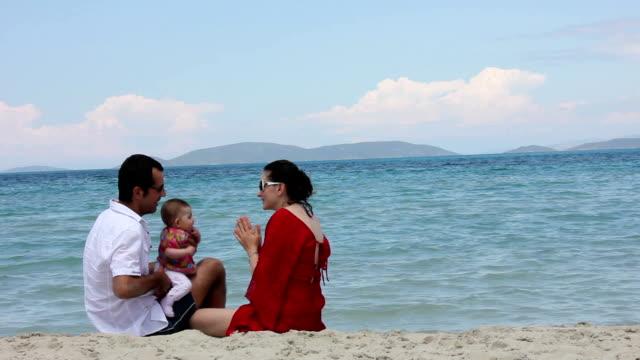 vídeos y material grabado en eventos de stock de familia en la playa - doughter