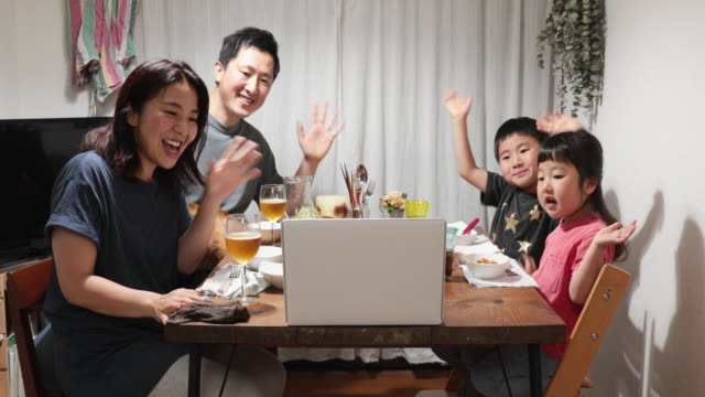 vídeos y material grabado en eventos de stock de familia asistiendo a una videoconferencia en línea y cenando juntos en casa - evento virtual