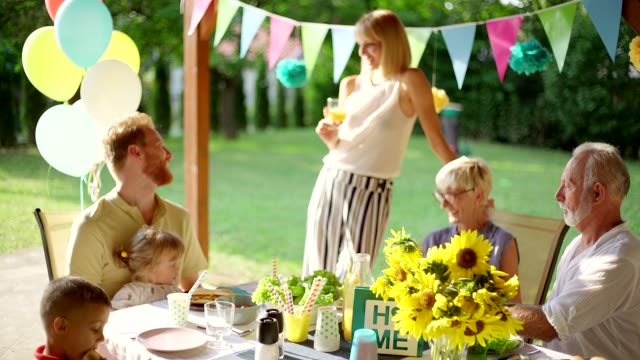 familie garten party - gartenanlage stock-videos und b-roll-filmmaterial
