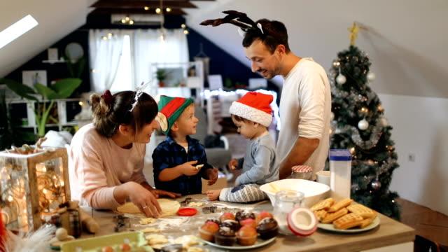 vídeos y material grabado en eventos de stock de hornear galletas de navidad de la familia - galleta dulces