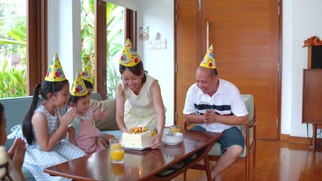 vidéos et rushes de famille fête d'anniversaire - famille avec quatre enfants