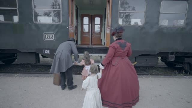 古い蒸気機関車に乗り込む家族 - 19世紀風点の映像素材/bロール