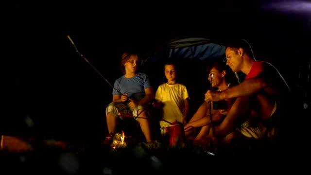 hd :ご家族向けには、キャンプファイヤー - 談笑する点の映像素材/bロール