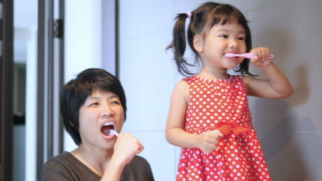 family brushing teeth - brushing teeth stock videos & royalty-free footage