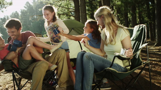 vídeos de stock e filmes b-roll de ms of family camping by lake - acampar