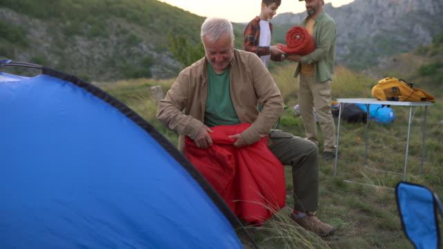 家族のキャンプは、結合のための最良の方法です - 地形点の映像素材/bロール