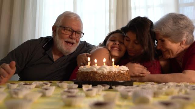 vidéos et rushes de famille, célébrer la fête d'anniversaire - anniversaire d'un évènement