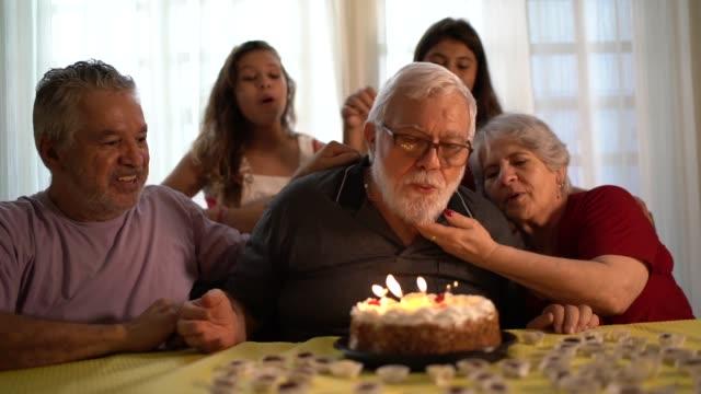 vídeos de stock, filmes e b-roll de família celebrando a festa de aniversário - avô