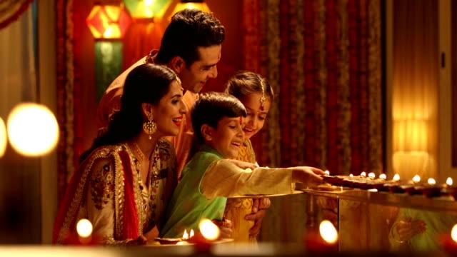 vídeos y material grabado en eventos de stock de family celebrating diwali festival, delhi, india - bandeja para servir
