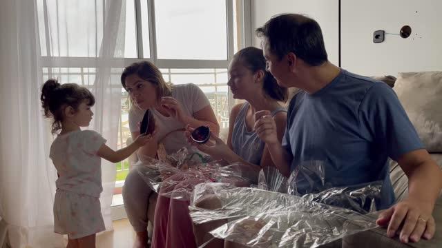 vidéos et rushes de famille célébrant pâques à la maison - 12 17 mois