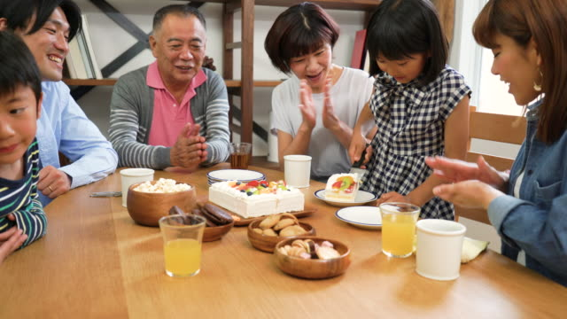 ご家族でのお祝い、自分の誕生日 - 女点の映像素材/bロール