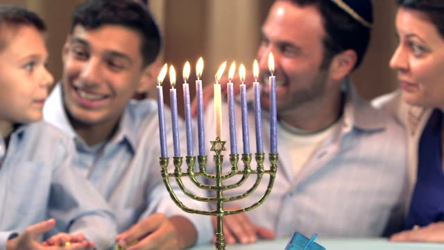 stockvideo's en b-roll-footage met familie hanukkah vieren - jodendom