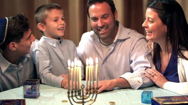 ハヌカ(ユダヤ教のお祭り)を祝う家族 - ユダヤ教点の映像素材/bロール