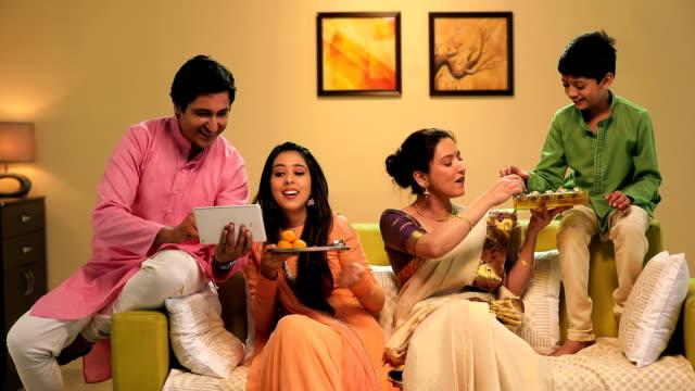 vídeos y material grabado en eventos de stock de family celebrating raksha bandhan, delhi, india - bandeja para servir