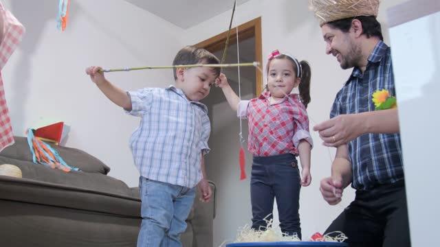 自宅でフェスタ・ジュニナを祝う家族。 - 六月点の映像素材/bロール