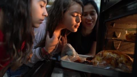 vídeos y material grabado en eventos de stock de comprobar el tradicional pavo para la cena de navidad de la familia - asado alimento cocinado