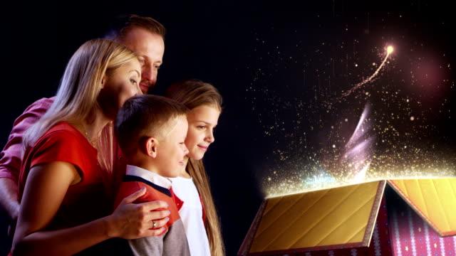 familie weihnachtszauber geschenk - unwrapping stock-videos und b-roll-filmmaterial