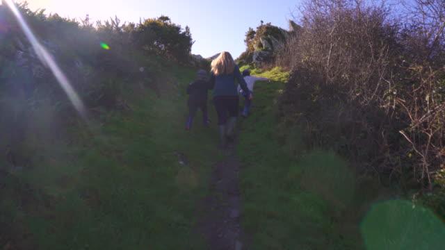 vídeos y material grabado en eventos de stock de family climbing steep path - abrigo de invierno