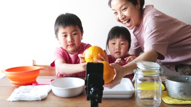 ビデオストリーミングのための家族料理 - ビデオ通話点の映像素材/bロール