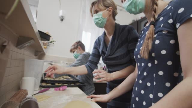 vídeos de stock, filmes e b-roll de família cozinhando juntas durante pandemia covid-19 - família monoparental