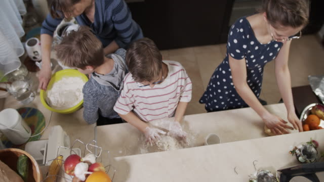 stockvideo's en b-roll-footage met het koken van de familie samen - table top shot