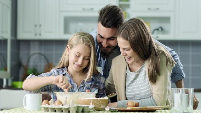 famiglia cucina insieme - famiglia giovane video stock e b–roll