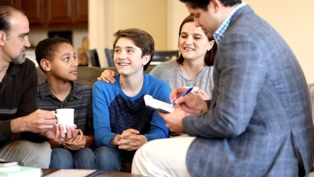 vidéos et rushes de séance de counseling familial à la maison avec le thérapeute. - famille d'accueil