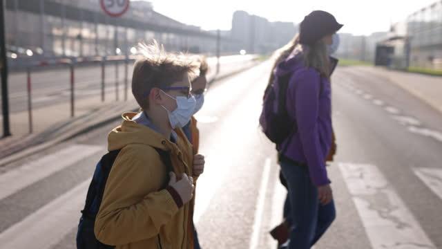 familienüberquerung der straße während der covid-19-pandemie - überqueren stock-videos und b-roll-filmmaterial