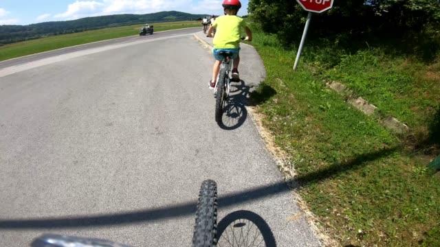 一緒にサイクリングする家族 - 子供2人の家庭点の映像素材/bロール