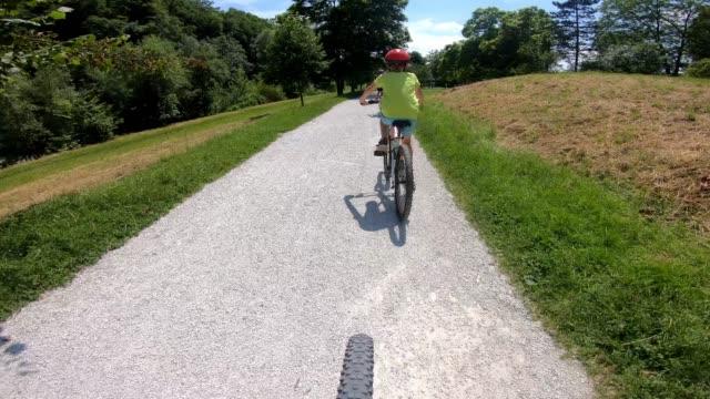 stockvideo's en b-roll-footage met familie fietsen samen - sunny