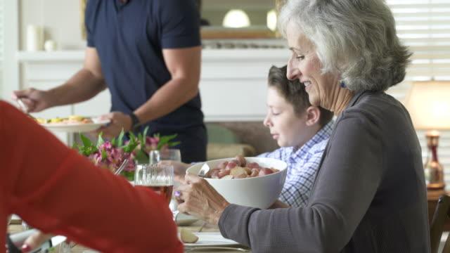 vídeos de stock e filmes b-roll de family dining together at dining table. - jantar refeições